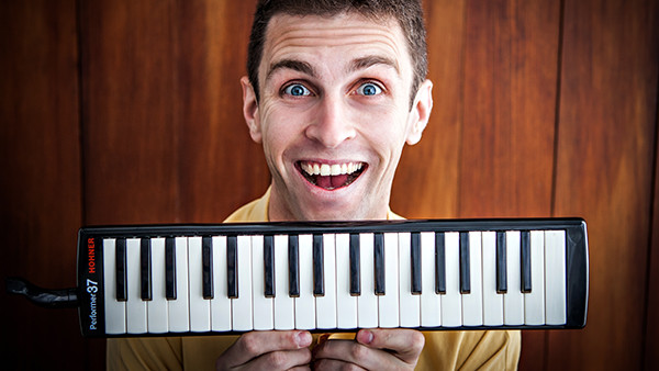 Composer, Comedian Robbie Ellis Sings Original Tunes That'll Have You in Stitches