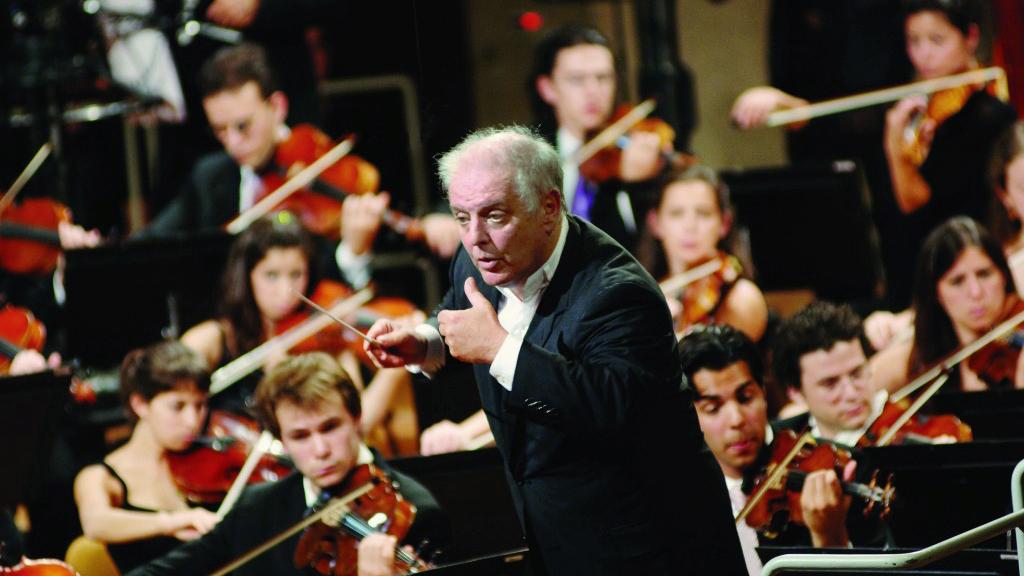 Daniel Barenboim conducts the West-Eastern Divan Orchestra (Photo: Monika Rittershaus)