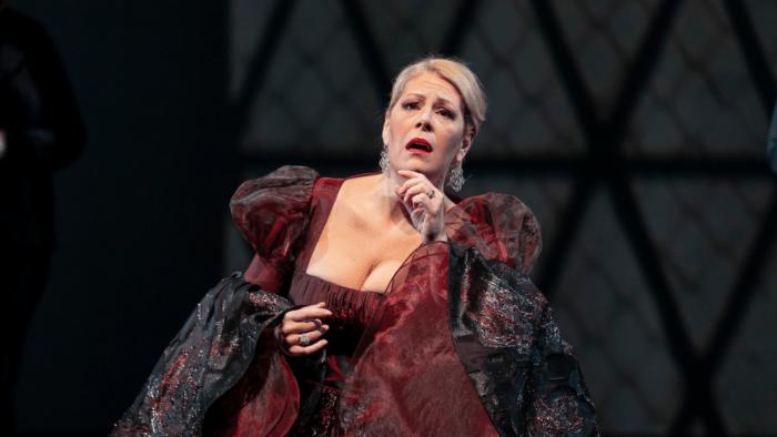 Sondra Radvanovsky as Anna Bolena, deep crimson gown